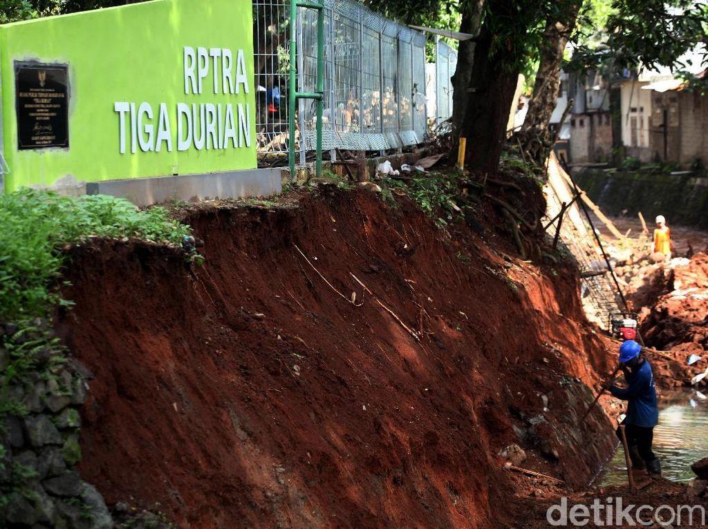 Longsor, Turap RPTRA Tiga Durian Diperbaiki