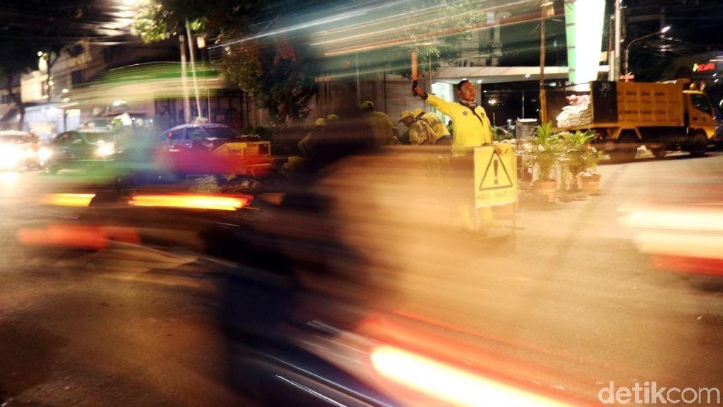 Pasukan Kuning Perbaiki Jalan Wahid Hasyim