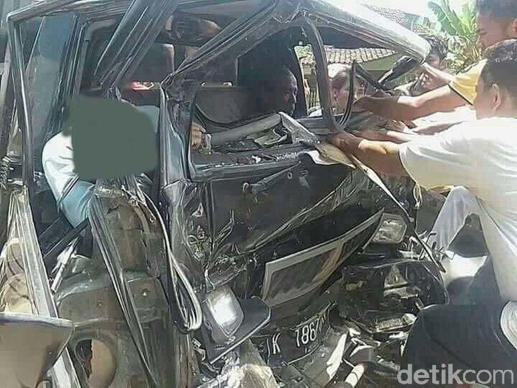 Adu Banteng Truk vs L300 di Rembang, Satu Orang Tewas Tergencet