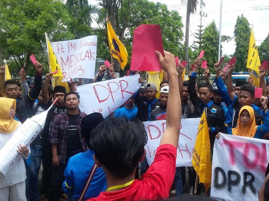 Tolak Revisi UU MD3, Mahasiswa Bondowoso Beri Kartu Merah ke DPRD
