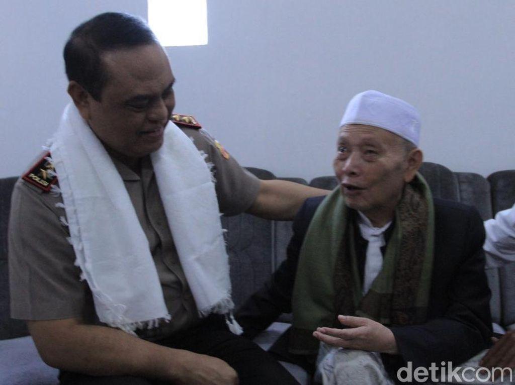 Kunjungi KH Umar Basri, Wakapolri Janji Keamanan Ulama