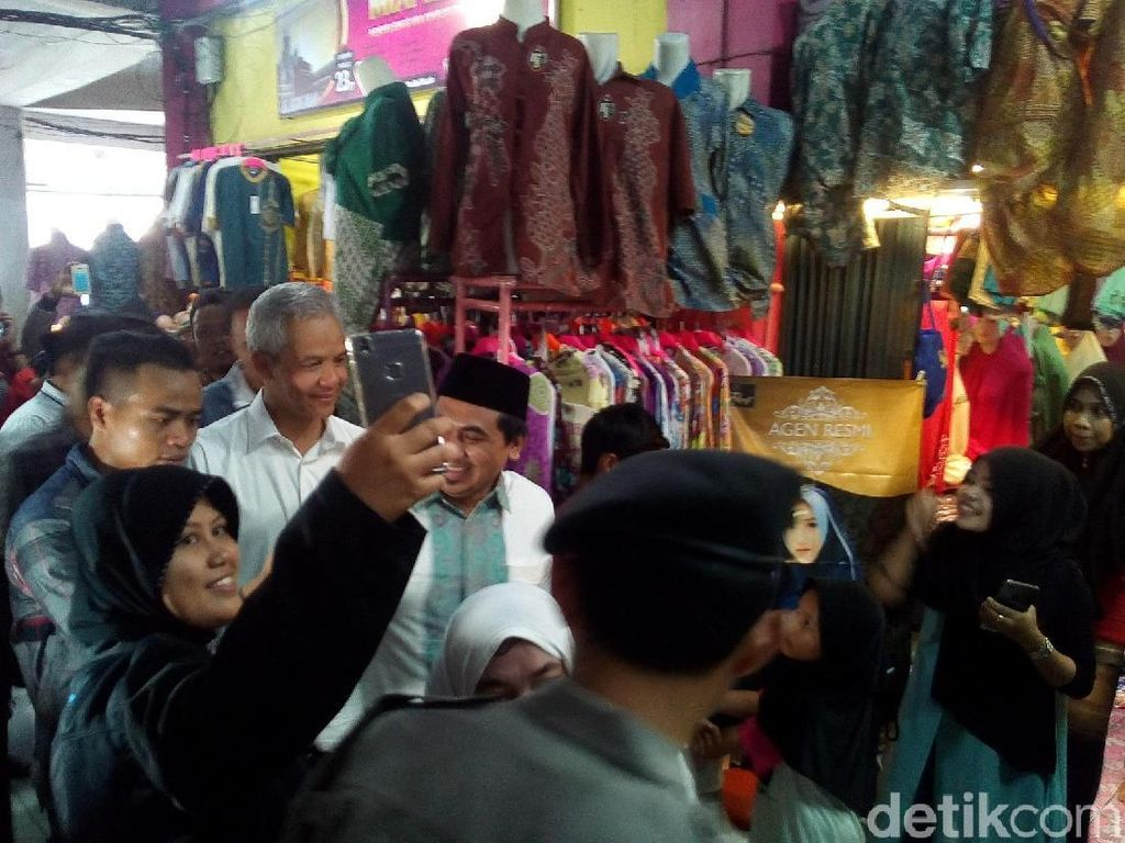 Di Pasar Kliwon Kudus, Ganjar Perkenalkan Pasangannya Gus Yasin
