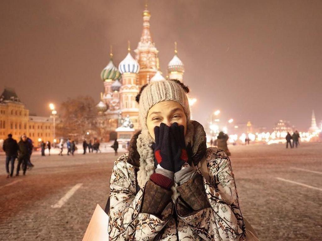 Foto: Gaya Liburan Luna Maya di Rusia