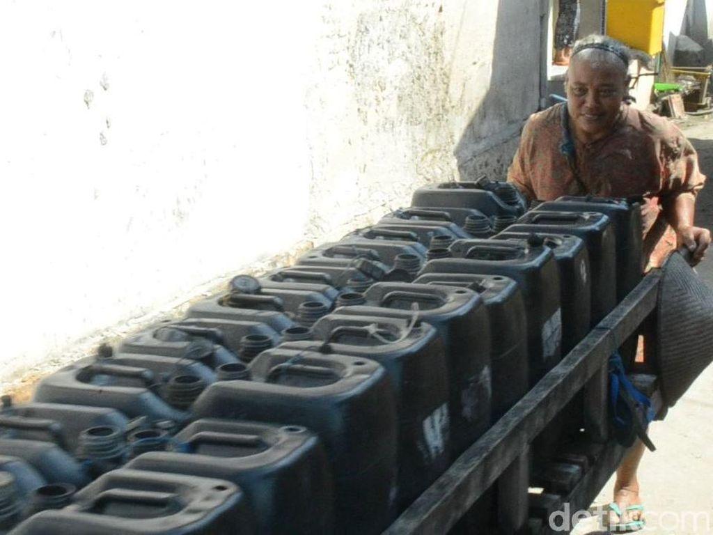 Mbok Juwariyah, Tiap Hari Mendorong Gerobak Air Belasan Kilometer
