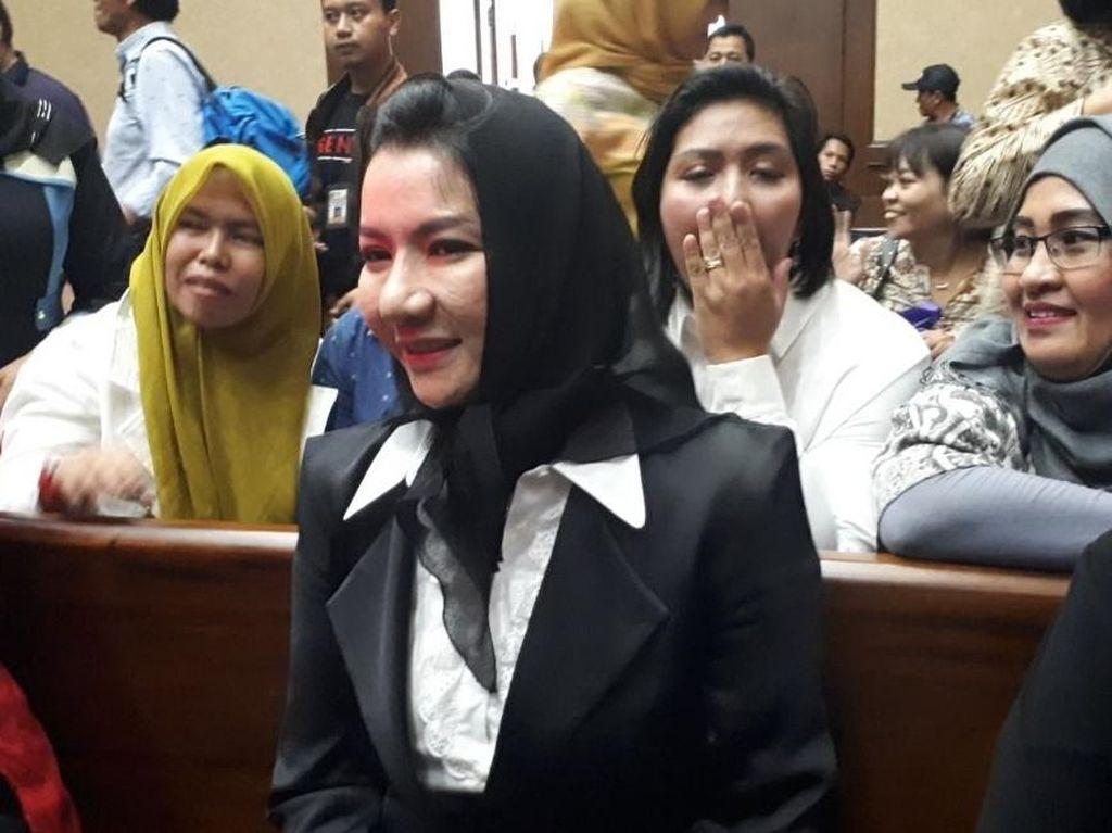 Foto: Ekspresi Ceria Bupati Rita di Sidang Perdana