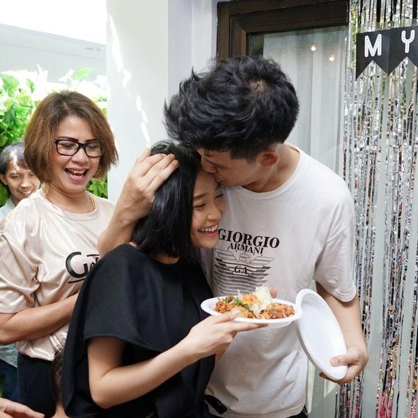 Saat Jevin Julian ulang tahun, Rinni memberi kejutan untuk suami tercintanya itu. Ia memberi tumpeng besar untuk Jevin. Momen ini saat mereka ingin makan tumpengnya bersama. Foto: Istimewa