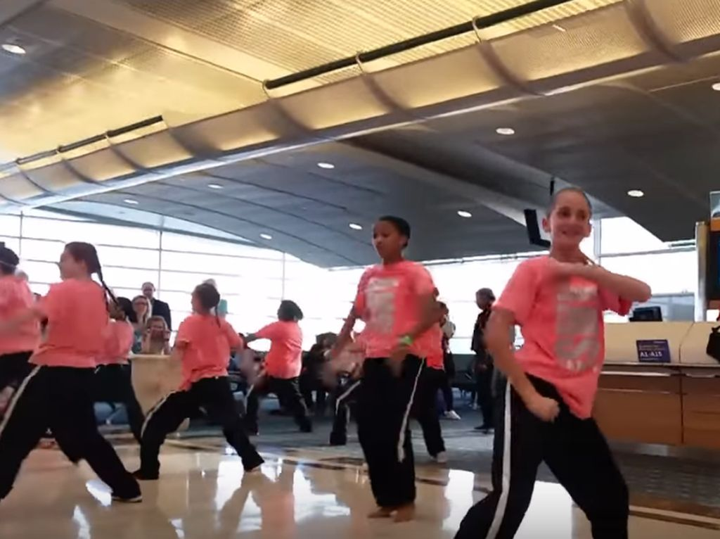 Tunggu Penerbangan, Maskapai Ini Bikin Pertunjukan Tari Dadakan