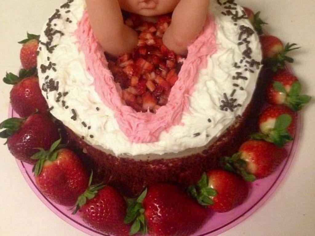 Kreatif! Jenis Kelamin Jabang Bayi Diumumkan Lewat Kue Unik Ini