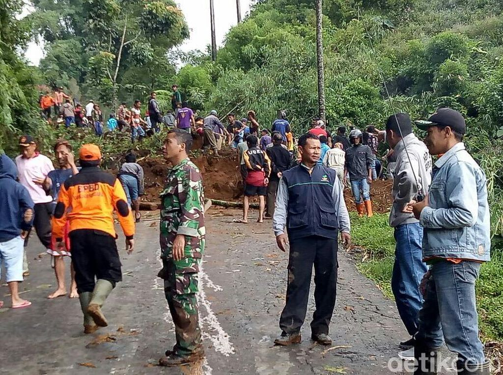 Tebing di Tanjakan Sikelir Longsor, Jalan Banjarnegara-Dieng Terputus
