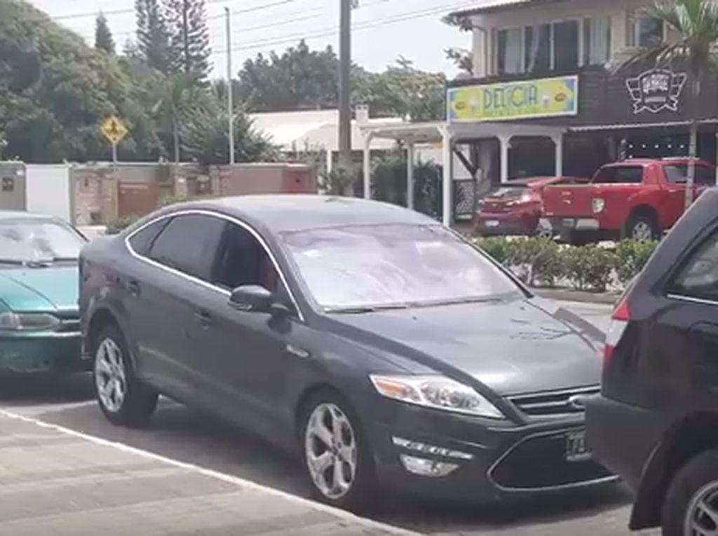 Lucu, Wanita Ini Parkir Mobilnya dengan Cara yang Tidak Biasa