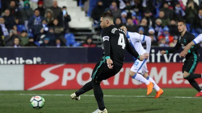 Penalti Sergio Ramos ke gawang Leganes (Susana Vera/REUTERS)