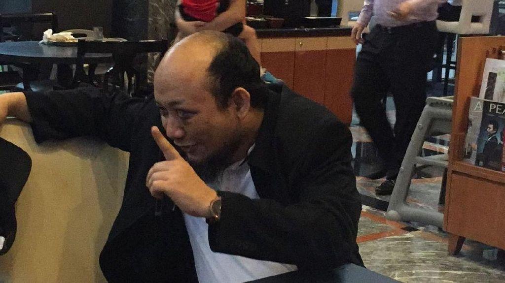 Senyum Novel Baswedan Sebelum Terbang Kembali ke Jakarta