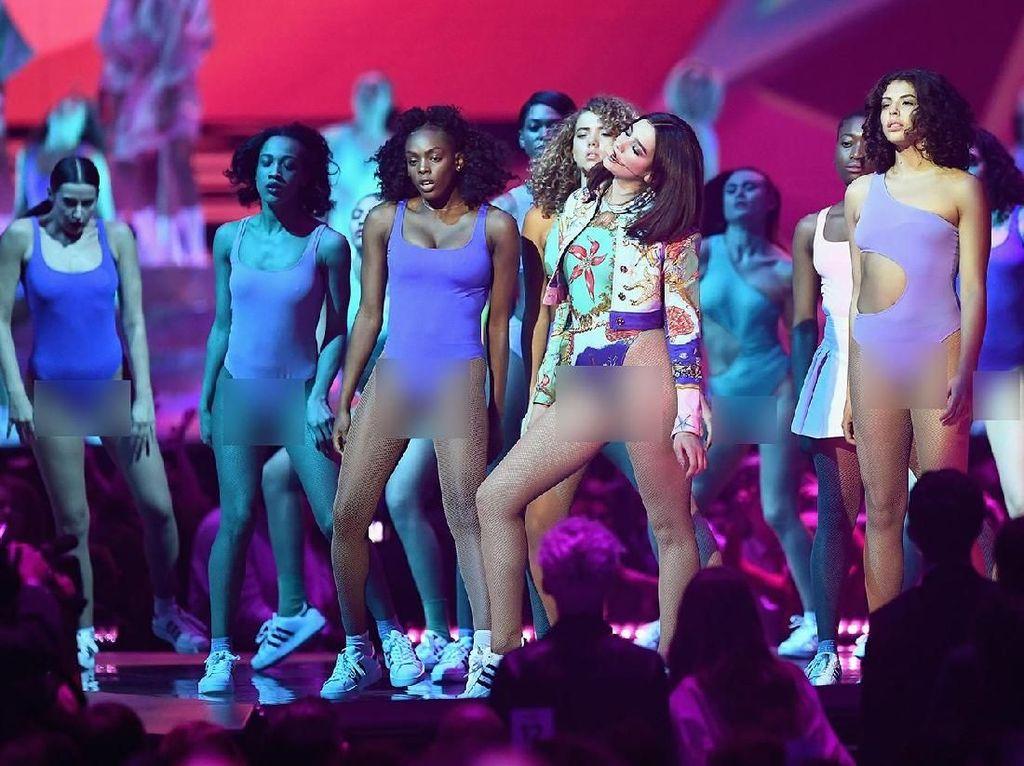 Dua Lipa Super Seksi di Brit Awards, Seksinya Denada Tampil Berkacamata
