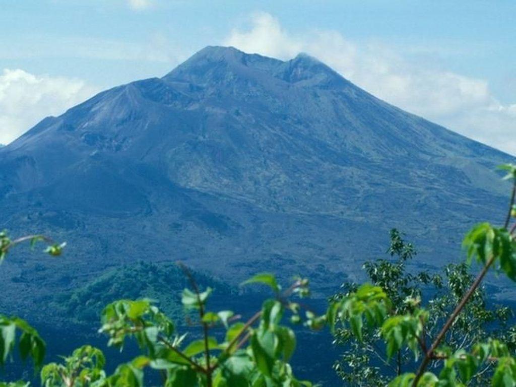 Lagi-Lagi Bule Bertingkah di Bali, Kini Bikin Adegan Mesum di Gunung Batur