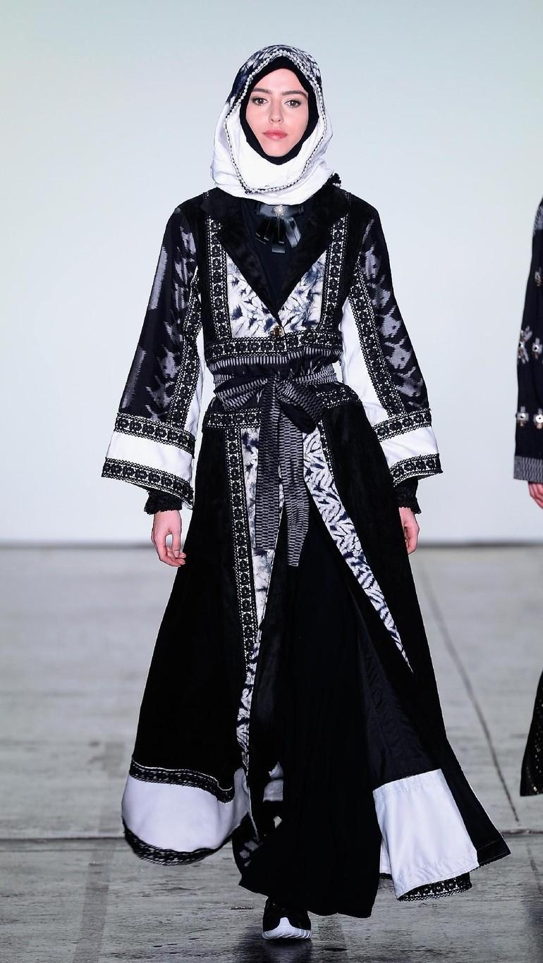 Foto 25 Koleksi Busana Muslim Vivi Zubedi Di New York Fashion Week 2018