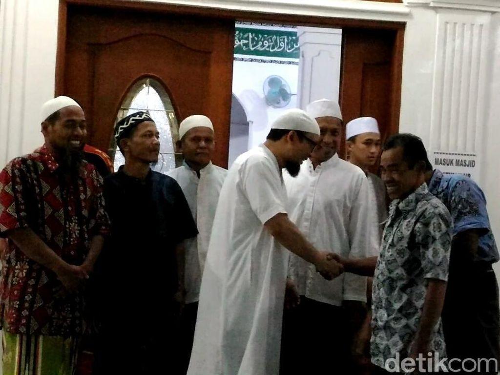 Momen Novel Salat Magrib di Masjid Dekat Rumah