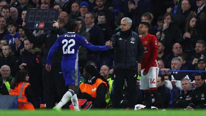 Willian saat berjabat tangan dengan Jose Mourinho musim lalu (Ian Walton/Getty Images)