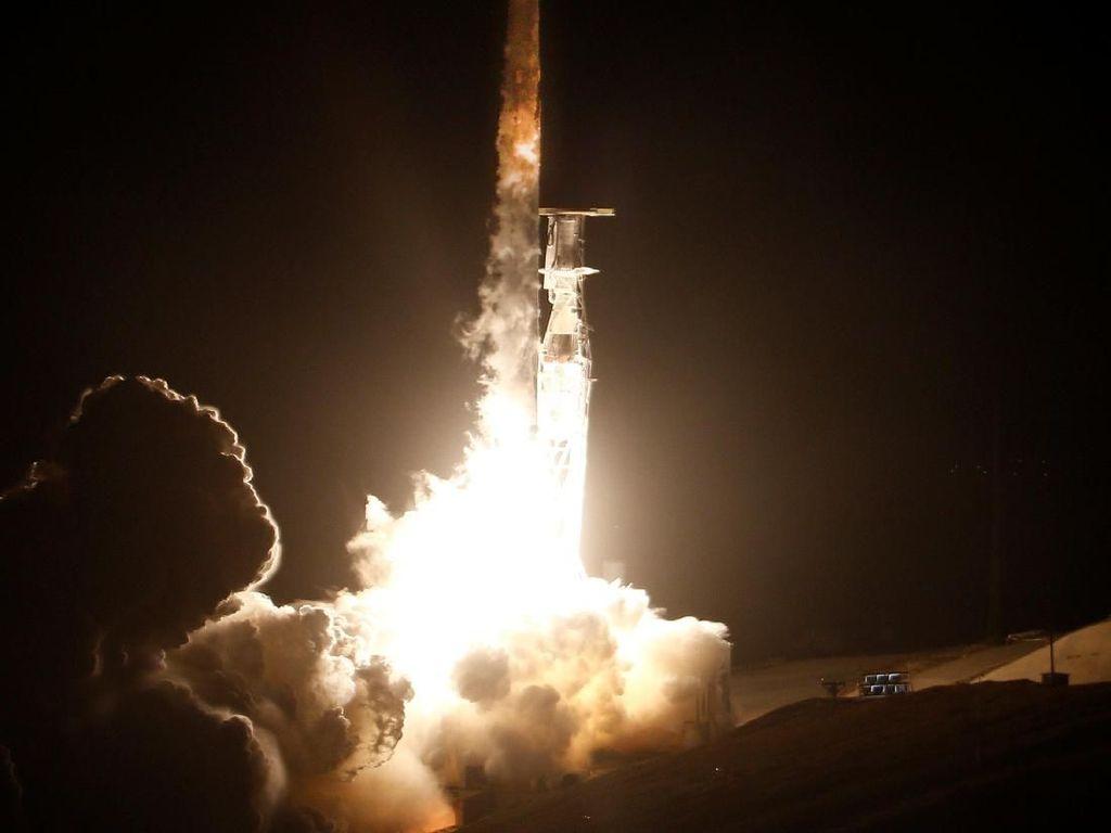Foto: Detik-detik Peluncuran Roket Falcon 9 Milik SpaceX