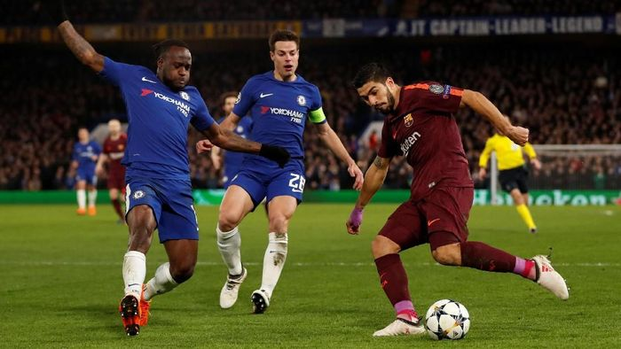 Soccer Football - Champions League Round of 16 First Leg - Chelsea vs FC Barcelona - Stamford Bridge, London, Britain - February 20, 2018   Barcelona's Luis Suarez in action with Chelseas Victor Moses and Cesar Azpilicueta (C)                              Action Images via Reuters/Andrew Boyers