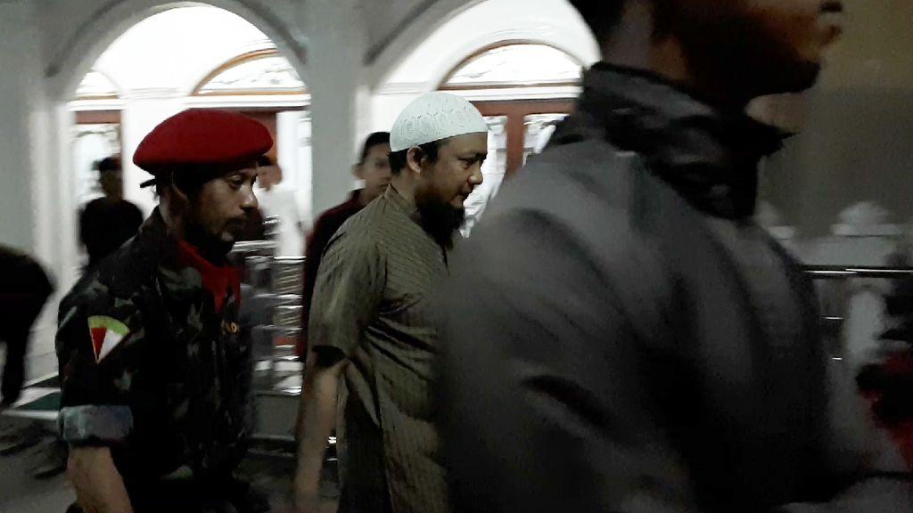 Foto: Novel Baswedan yang Kembali Salat Subuh di Masjid Al Ihsan