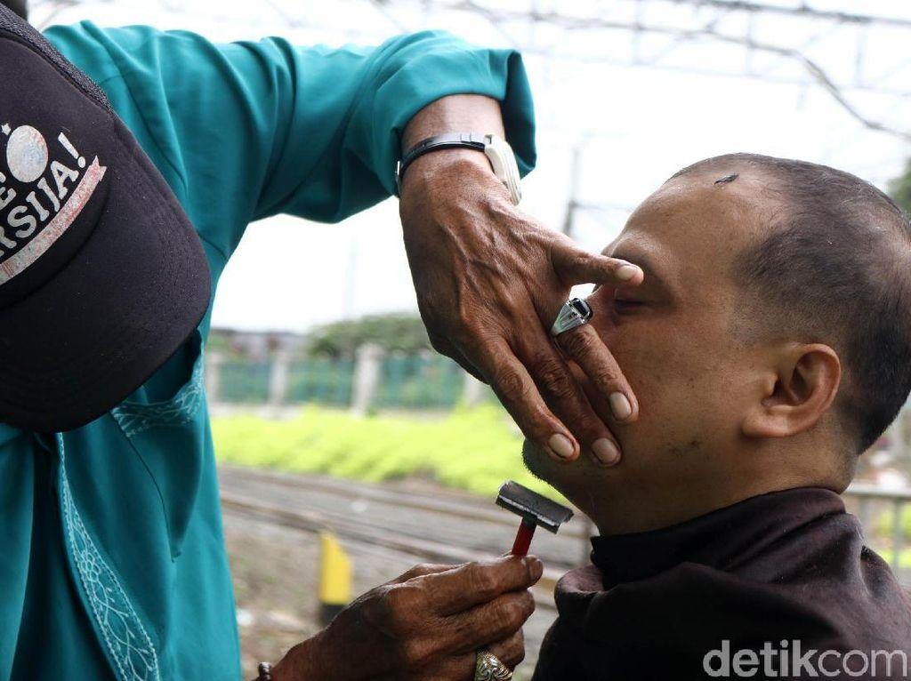 Pak Ebit, Tukang Cukur Tradisional Pinggir Rel