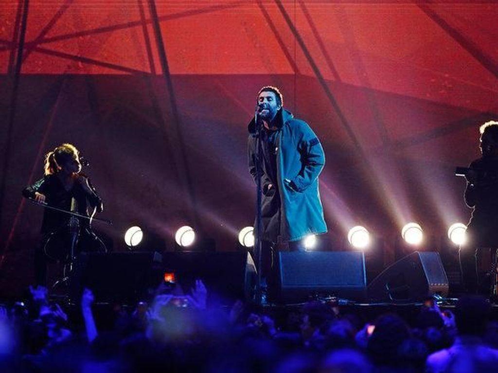 Liam Gallagher Respek dengan Aksi Fans yang Bantu Penonton Berkursi Roda