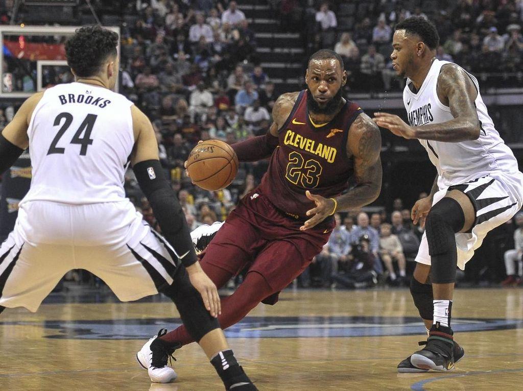 Triple-Double LeBron Bawa Cavs Taklukkan Grizzlies