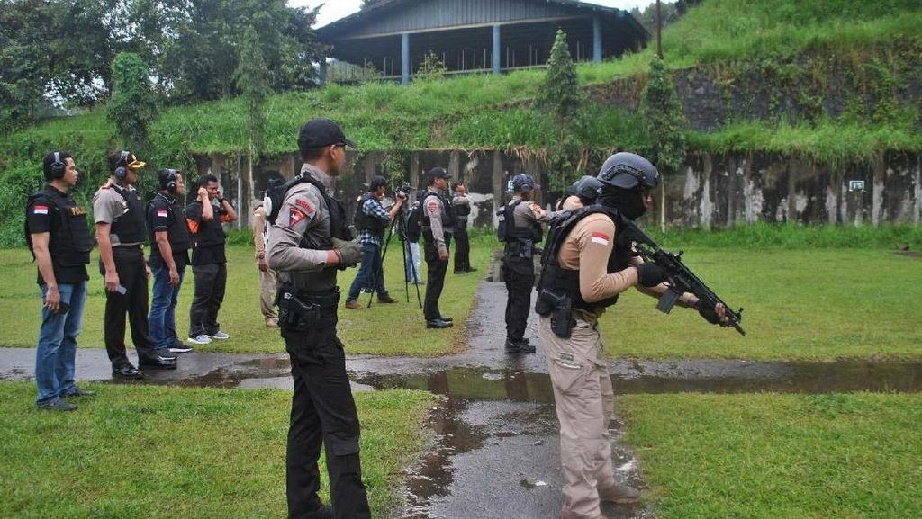 Foto: Begini Nih Latihan Tim Pemburu Preman Polres Jakbar