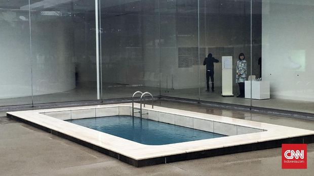 Kolam renang menjadi salah satu koleksi permanen di museum.