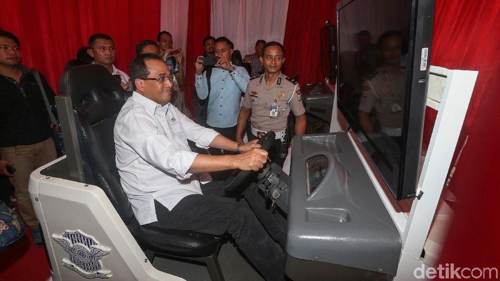 Ketika Menhub Jajal Simulator Bikin SIM A Umum