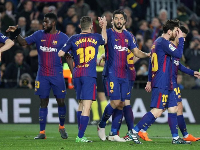Barcelona merayakan gol Luis Suarez ke gawang Girona. (Foto: Sergio Perez/Reuters)