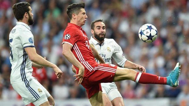 Jika ke Madrid, Robert Lewandowski bakal menggeser posisi Karim Benzema.