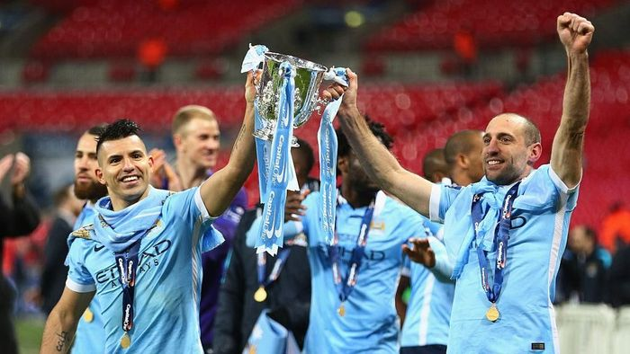LONDON, ENGLAND - FEBRUARY 28:  Sergio Aguero of Manchester City and team mate Pablo Zabaleta celebrate victory with the trophy after the Capital One Cup Final match between Liverpool and Manchester City at Wembley Stadium on February 28, 2016 in London, England. Manchester City win 3-1 on penalties.  (Photo by Clive Brunskill/Getty Images)