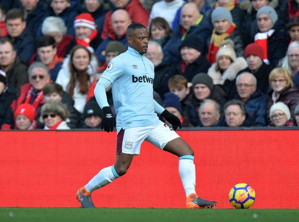 Sambutan untuk Patrice Evra di Anfield: Chant Luis Suarez