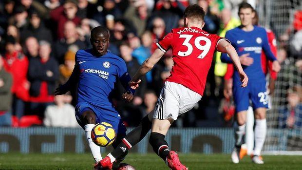 Chelsea kehilangan poin penting dalam perburuan tiket Liga Champions ketika kalah dari Manchester United, Minggu (25/2).