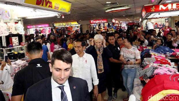 Presiden Jokowi saat mengajak bos IMF Christine Lagarde untuk melihat langsung transaksi jual beli di Pasar Tanah Abang.