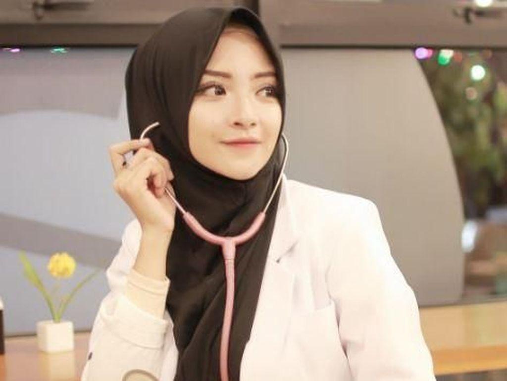 10 Gaya Hijab Dokter Cantik yang Populer di Instagram