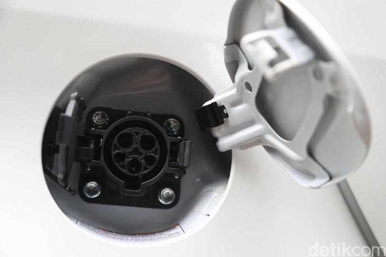 Colokan kendaraan beroda empat listrik (Foto: Grandyos Zafna)