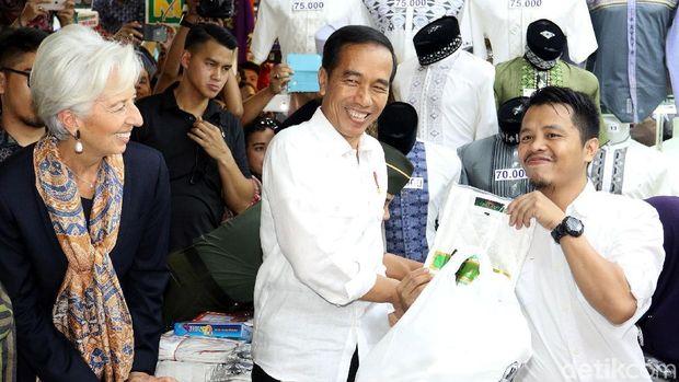 Jokowi mengajak Lagarde blusukan ke Pasar Tanah Abang.