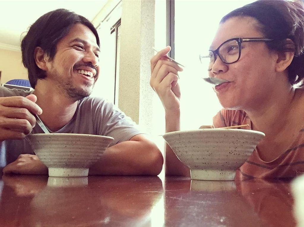 10 Momen Mesra Ariyo Wahab dan Istri Saat Makan Bareng Ini Bikin Baper!