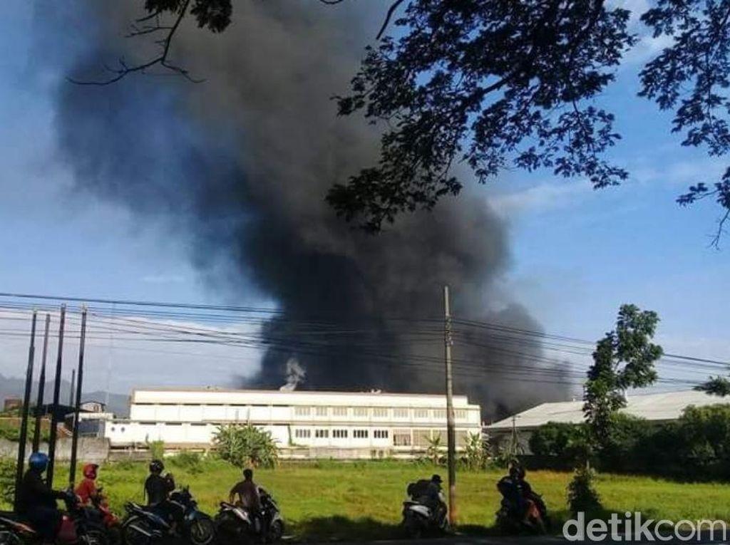 Pabrik Tekstil di Pasuruan Terbakar, 6 Mobil PMK Diterjunkan