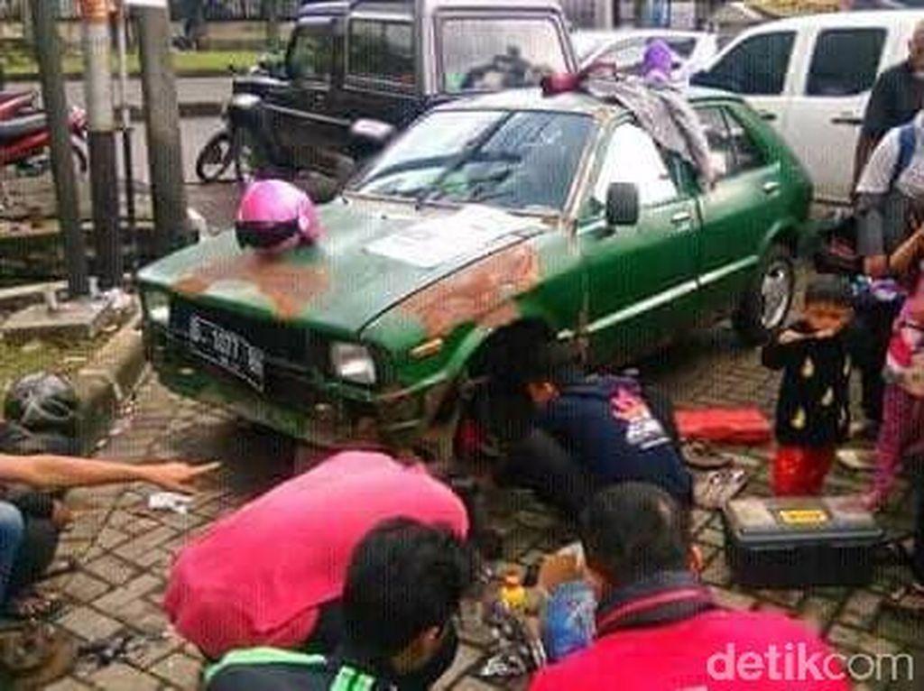 Mobil Mogok, Abah dan Ambu Nginap di Mobil 6 Hari