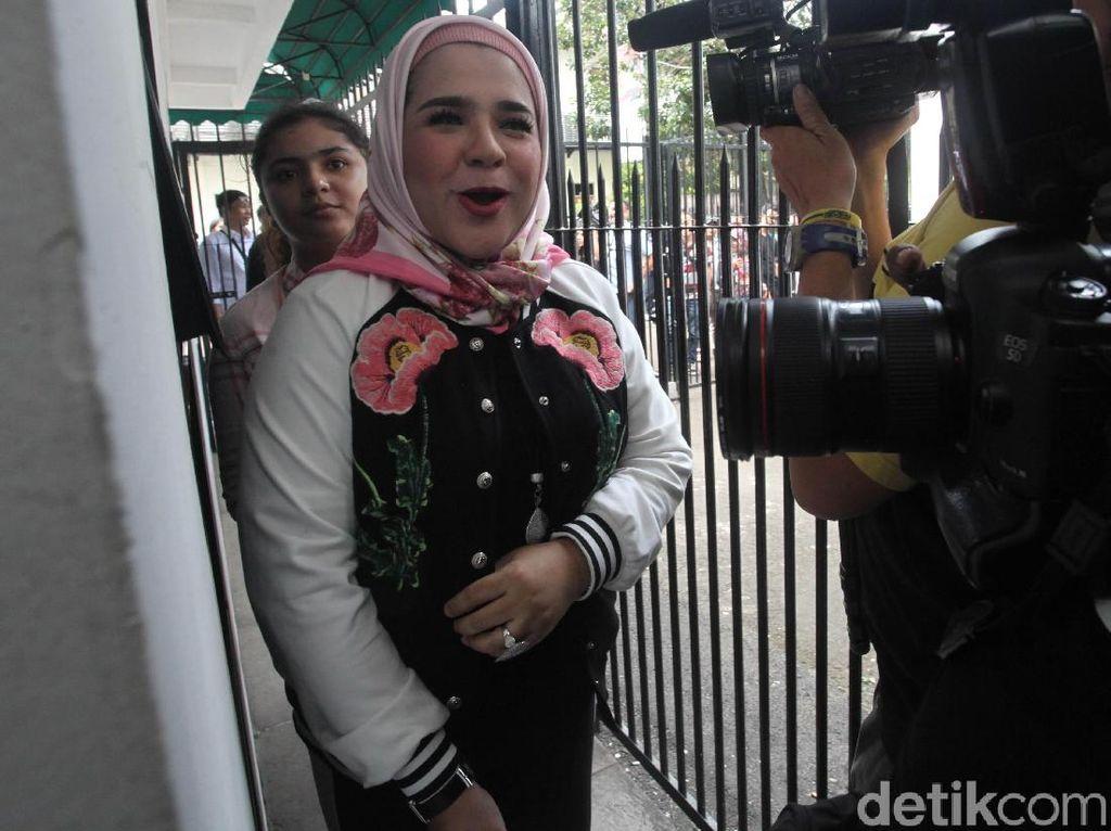 Fitria Sukaesih Datangi Polda Metro Jaya