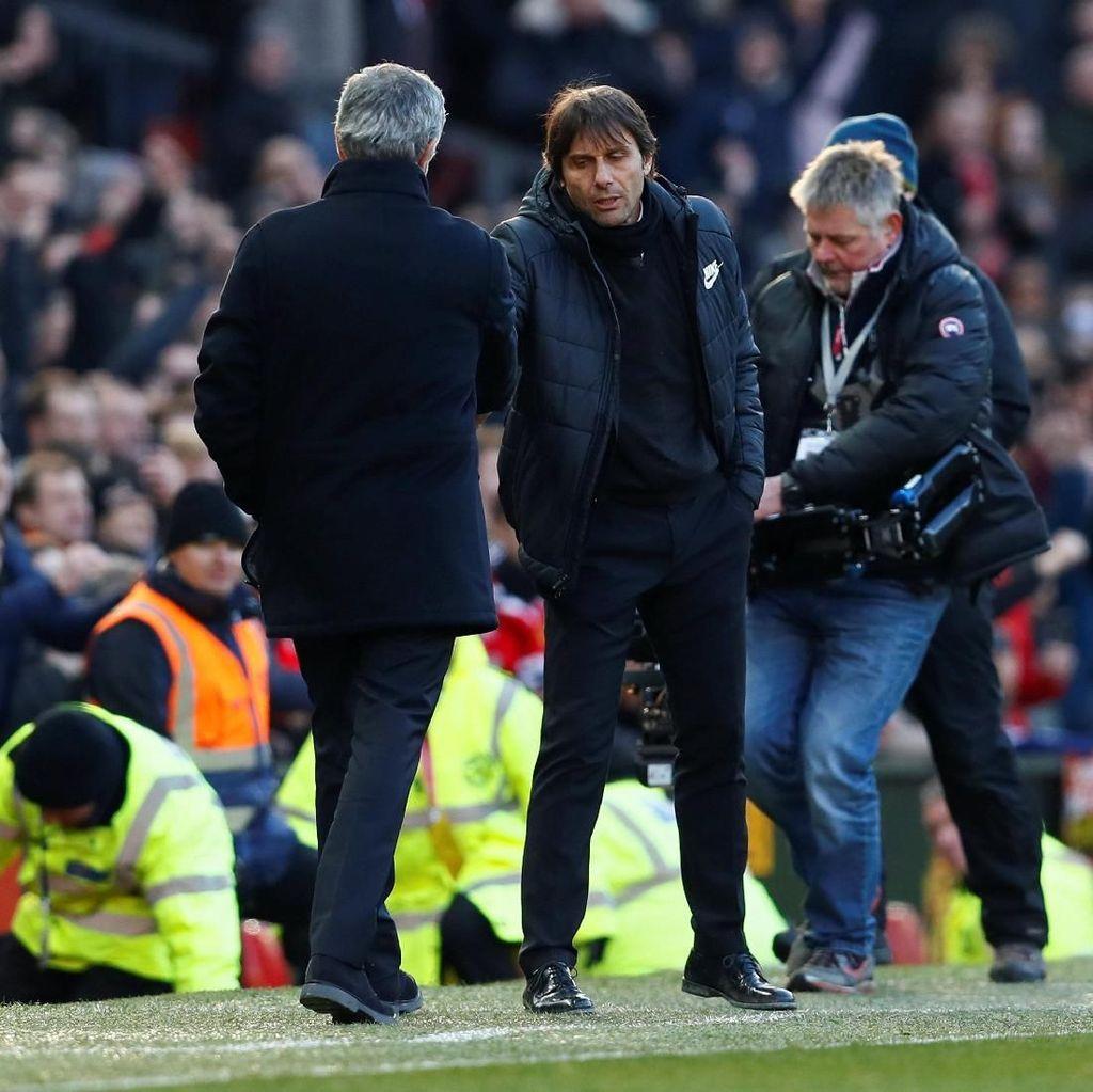 Foto: Momen Jabat Tangan Mourinho-Conte di Old Trafford