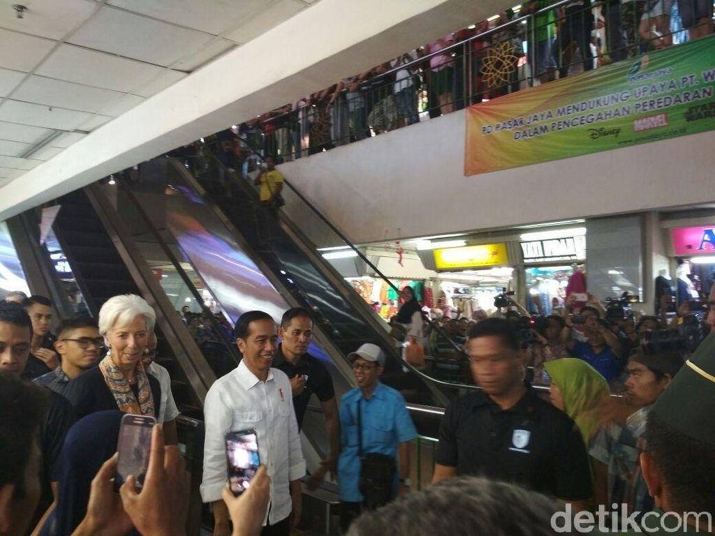 Tiba di Pasar Tanah Abang, Jokowi dan Bos IMF Disambut Warga