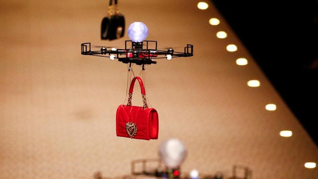 Foto: Ini Fashion Show Zaman Now, Drone Gantikan Model di Catwalk