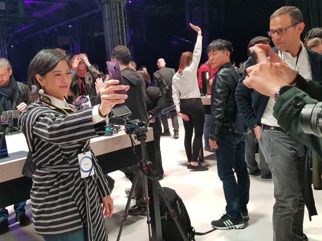 Dian Sastro Girang Sambut Galaxy S9 dan S9+