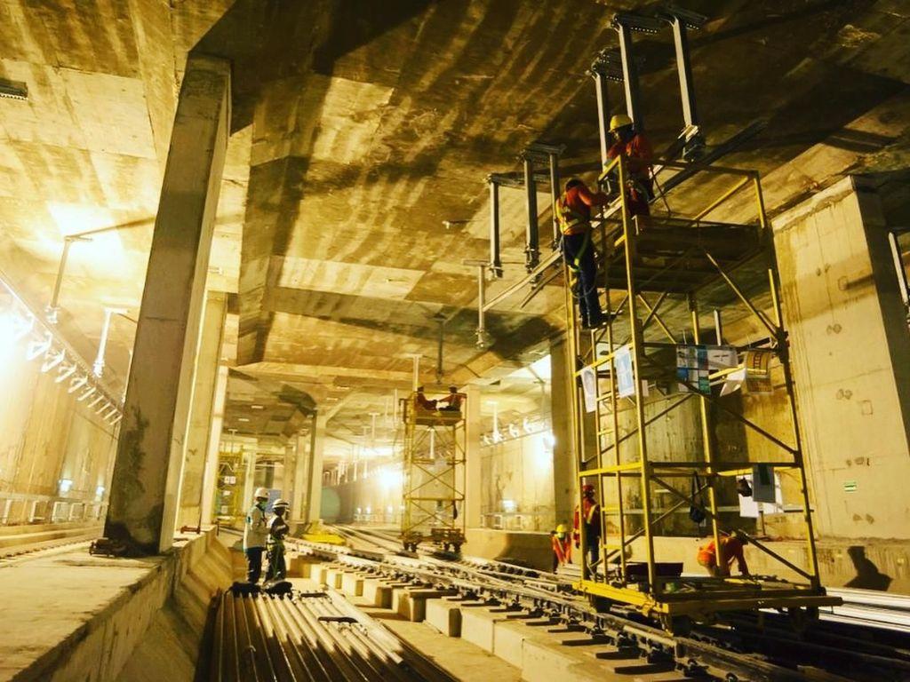 Melihat Stasiun MRT Dukuh Atas yang Dikerjakan di Bawah Sungai