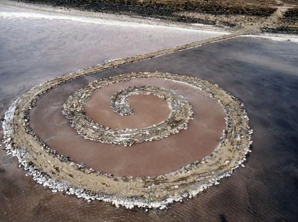 Di Balik Misteri Seni Batu Bersusun Karya Robert Smithson