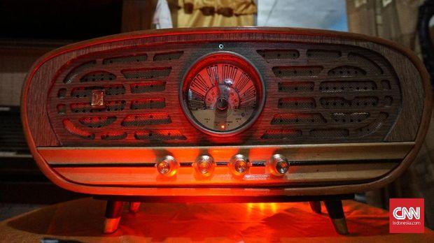 Radio antik Oo Kholid berbentuk jadul tapi powerful   Foto: CNN Indonesia/Huyogo Simbolon)